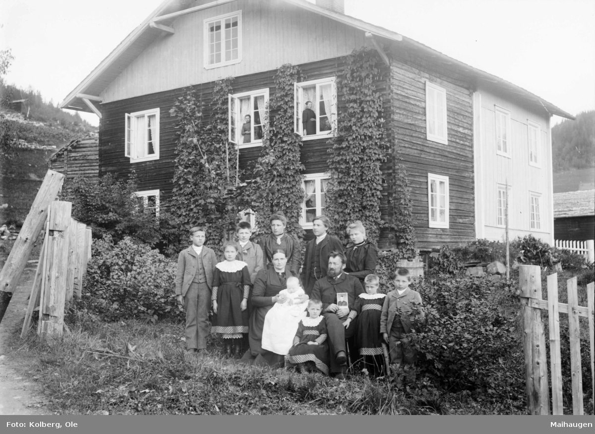 Gruppe foran hus.