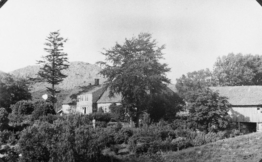 Våningshuet på garden Lindland, løa til høgre.