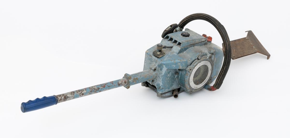 Håndholdt, emannsbetjent motorisert barke- og kvistemaskin. Maskinen består av en motorsaglignede motorkropp med  et barkespadlignende stålblad  påmontert i ene enden og et stålrørsskaft i andre enden. Stålrørsskaftet har gummigrep for høyre hånd i ene enden.  En påmontert stålrørsbøyle overtrykket med riflete gummi omslutter redskapets motorkropp. (Denne bøylen kan sammenlignes med funksjonen til den fremre håndtaksbøylen på ei motorsag.) Det fremre håndtaket betjenes med brukerens venstre hånd. Bensintanken er plassert lengst fram på motorkroppen med påfylling oppå. Starthuset gjenfinnes på venstre side. Deksel for luftfilter er plassert på toppen av motorkroppen. Sylinderen er plassert lengst bak på motorkroppen med ekspospotte (lyddemper) i bunn og tennplugg på toppen av sylinderen.   Det er innslag av noe rust på det barkespadlignende stålbladet.   Registrator har ikke sikre opplysninger, men regner med at motoren er en luftavkjølt totaktsmotor som krever oljeblandet drivstoff.