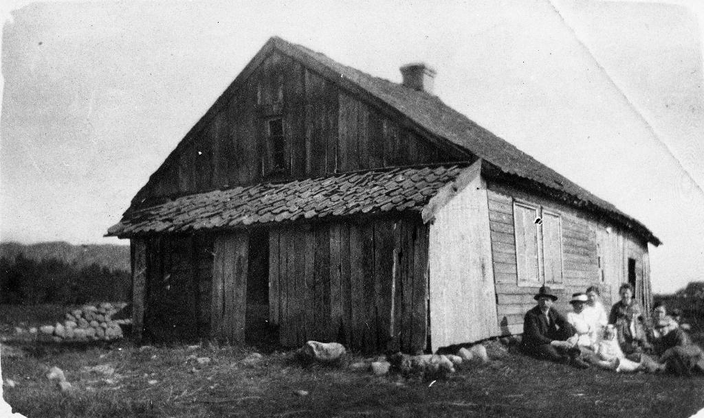 """Huset på """"Jonasstykket"""" i Njåskogen som vart rive før 1924. Jonas Sæland vart fødd her i 1916. Huset er truleg bygd av Zachariassen, pannebrennar på Åasland. Det vert fortalt at også """"kalvane budde inne - å forskelligt såleis småtteri"""""""