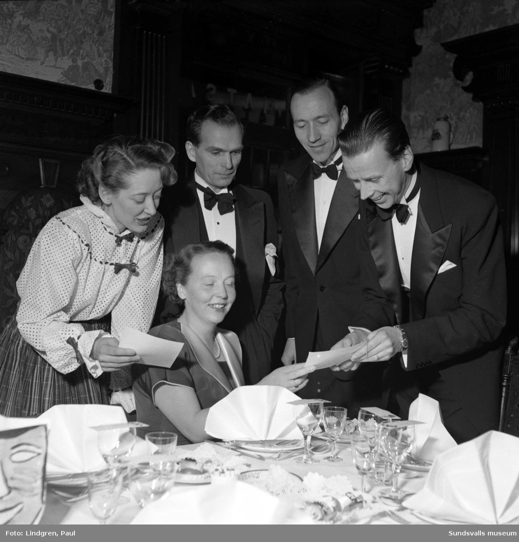 Den nybildade tjänstemannaklubben på Stockviksverken på festligheter i Knaust hotells lokaler. På bilden ses ingenjörerna Strandberg, Bergstedt och Norlinder med fruar.