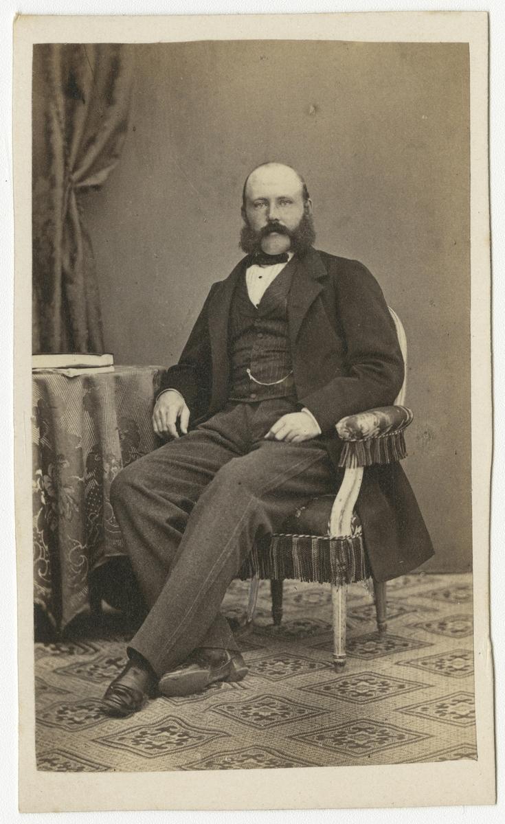 Porträtt av Sven Axel Lovén, kapten vid Andra livgrenadjärregementet I 5.  Se även bild AMA.0001875 och AMA.0001927.