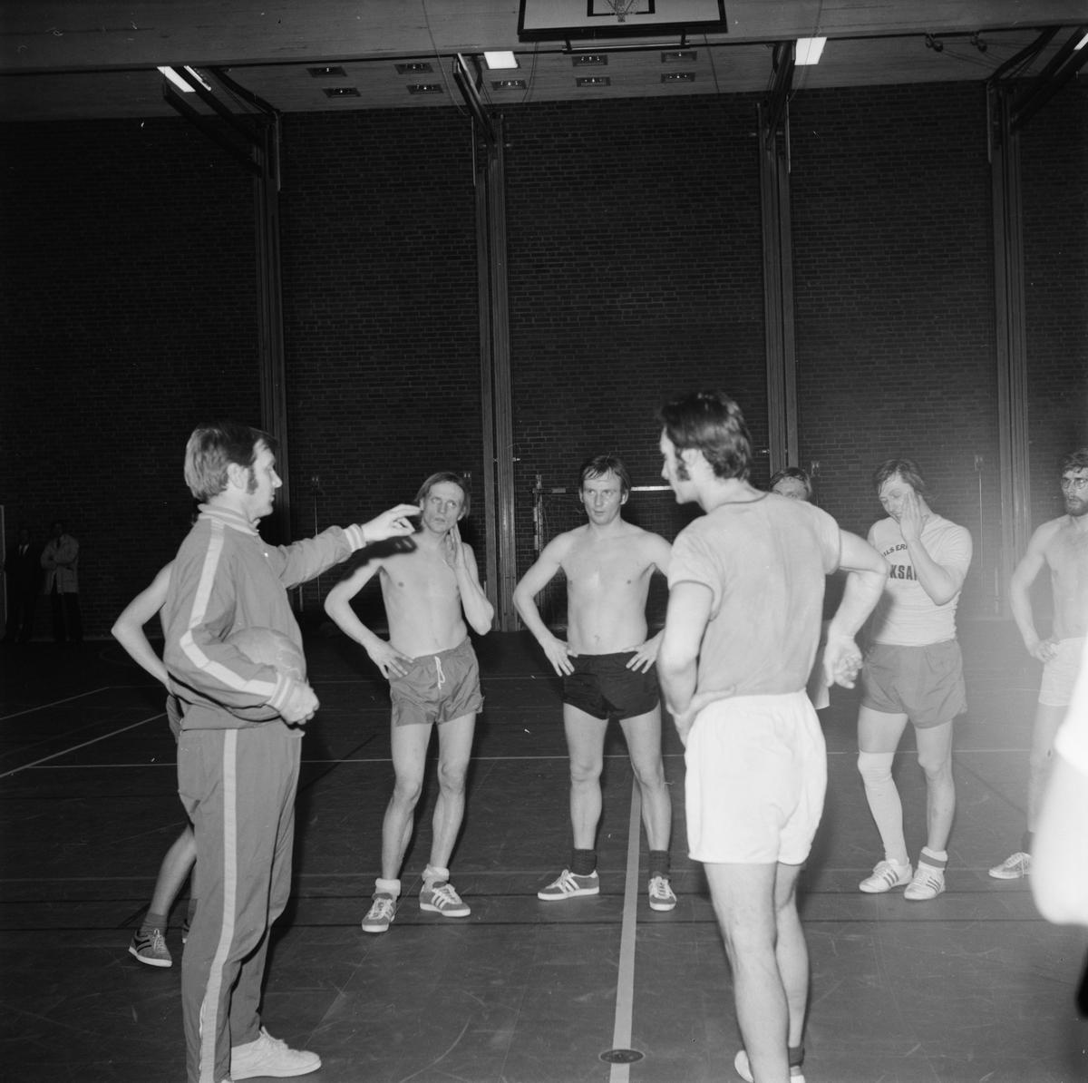 Orvar instruerade bollspelare i Tierp, Uppland, mars 1972