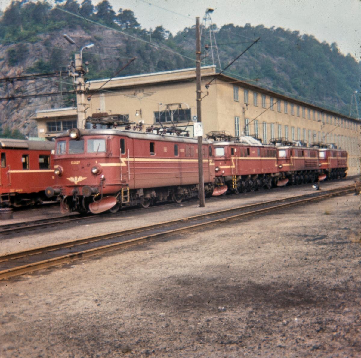 Elektriske lokomotiver utenfor lokomotivstallen ved Krossen ved Kristiansand, nærmest El 13 2127, bak lokomotiver type El 8