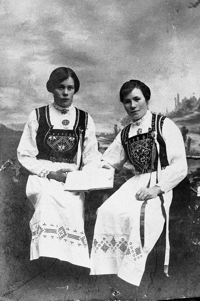 Ingebjørg (Ingeborg Johanna)?? Ree (søster til Johan O. J. Ree) og Olga (Oline)?? Ree i Hardangerbunad og 17. mai sløyfe.