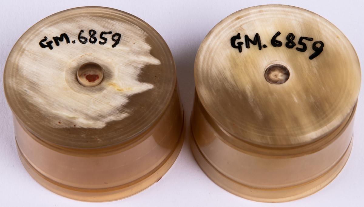 Bägare. Av horn 2 st. I flera delar. Hopfällbar. Höjd 10,5cm, bredd i botten 5,5cm
