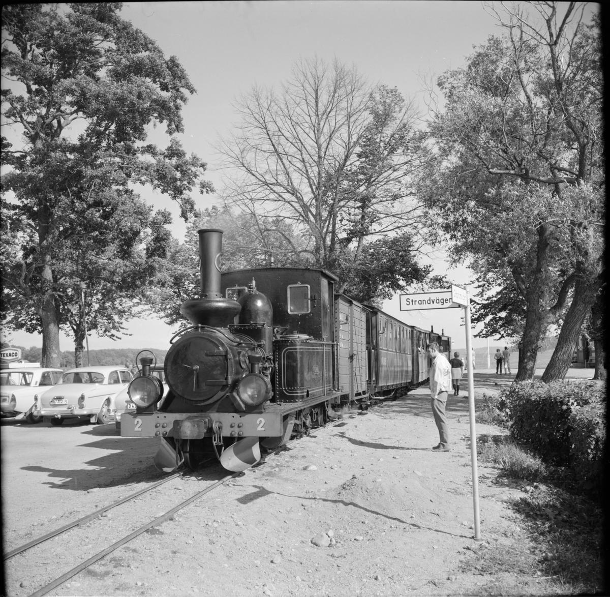 """Museijärnvägen, Östra Södermanlands Järnväg, ÖSlJ ånglok med lok 2 """"Virå"""" på hållplats vid ångbåtsstationen i Mariefred."""