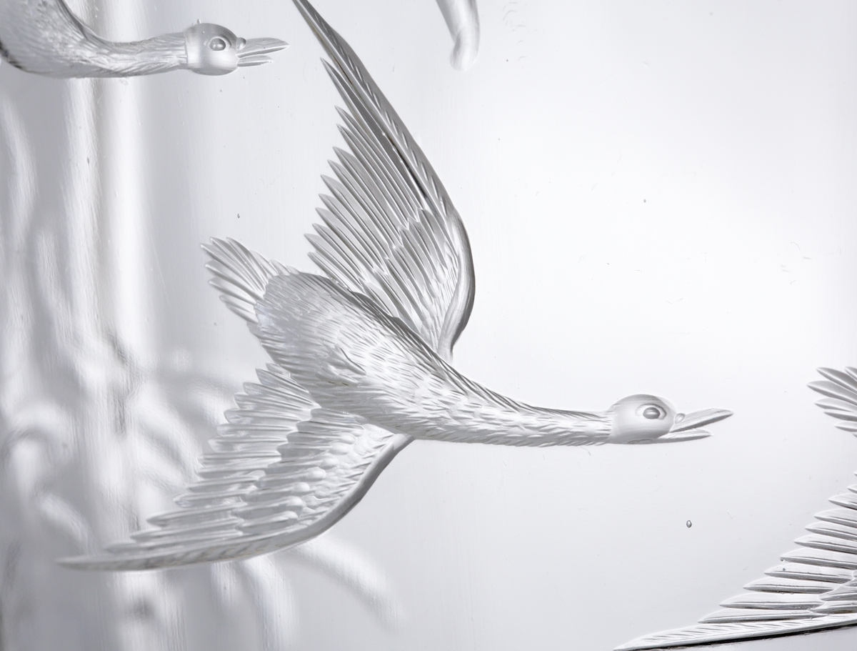 Vas i ofärgat klarglas med slipad dekor i form av stora havsvågor och fåglar.