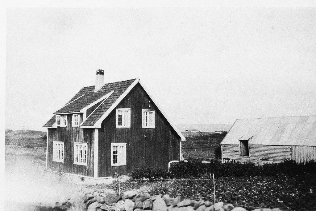 """""""Øksnevadhuset"""" i Kolheia. Albert Auglænd åtte dette ei tid før han flytte til Elisberget. Mellom huset og løa kan ein sjå Lyngbakken på Rossaland."""