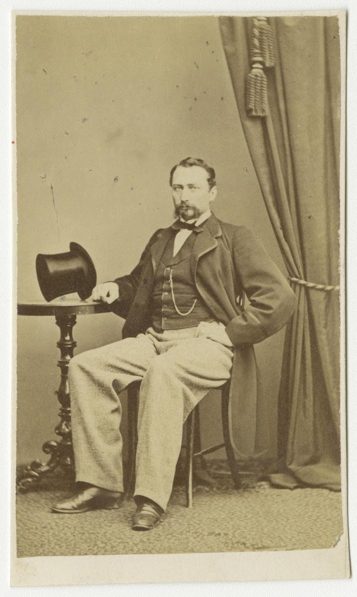 Porträtt av Kanaris Alexis von Warnstedt, underlöjtnant vid Andra livgrenadjärregementet I 5.  Se även bild AMA.0001882 och AMA.0001975.
