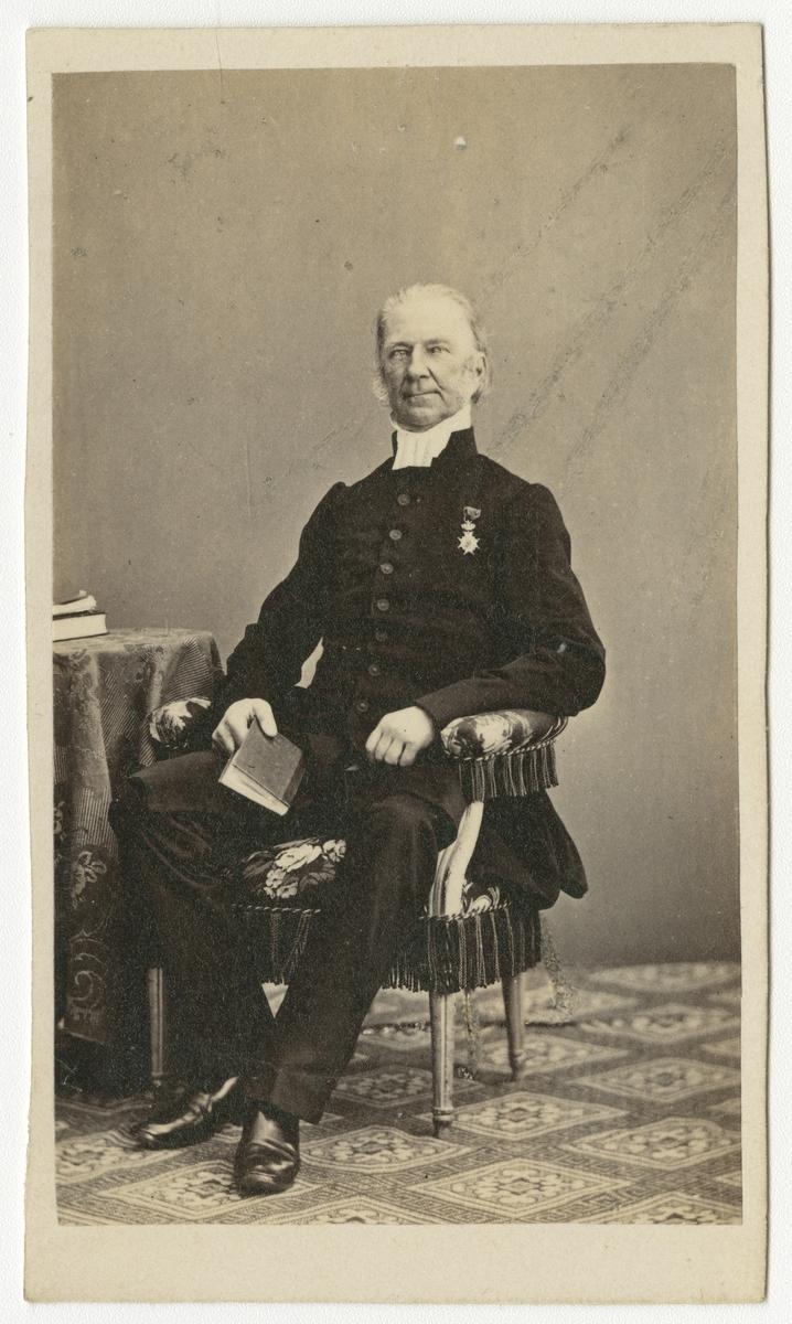 Porträtt av Nils Samuel Loenbom, regementspastor vid Andra livgrenadjärregementet I 5.  Se även bild AMA.0001879 och AMA.0001990.