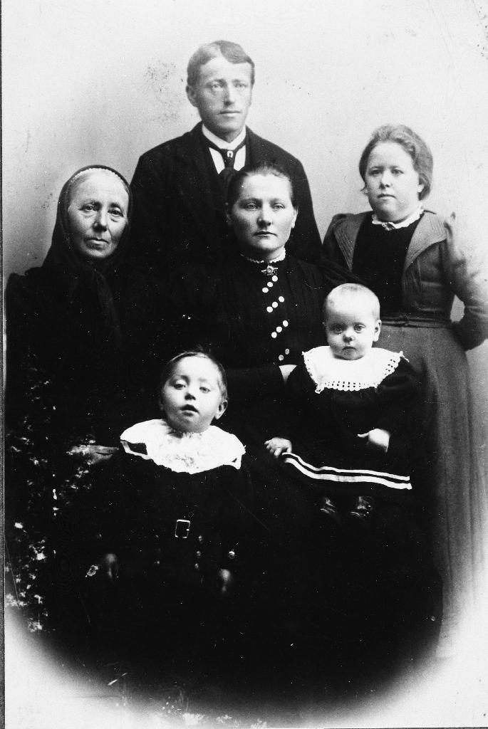 Familie. Ståande bak er Jon Serigstad (1870 - 1972), i midten t.v. mor til Jon, Elen Johanna Svendsdtr. Tangen (1839 - 1916), kona til Jon, Anna Maria Kristiansdtr. Lye (1879 - ), søster til Jon Gurine Serigstad (1875 - 1934) ho var skreddar. Framme til v. Ingebrigt Serigstad (1899 - ) og søstera på fanget til mora, Elen Johanna Serigstad (1900 - 1976).