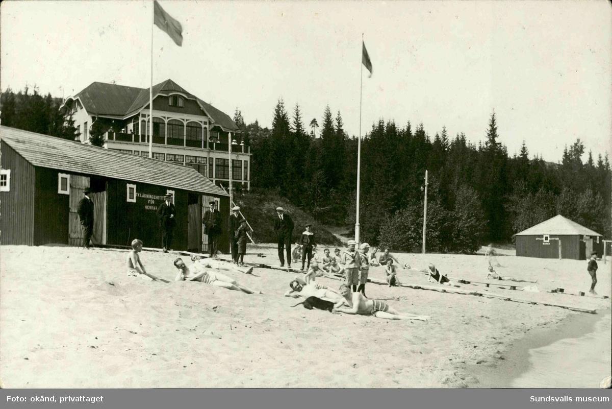 Vykort med motiv över badgäster till Badhotellet vid Fläsians havsbad utanför Sundsvall.