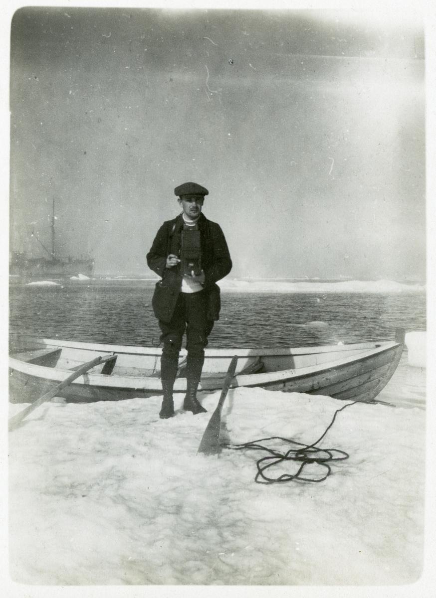 En fotograf på ett isflak i Karahavet. I bakgrunden syns Halvar. 1919.