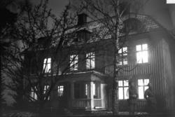Sandstedt, Erik, A 6 framför mangårdsbyggnad.