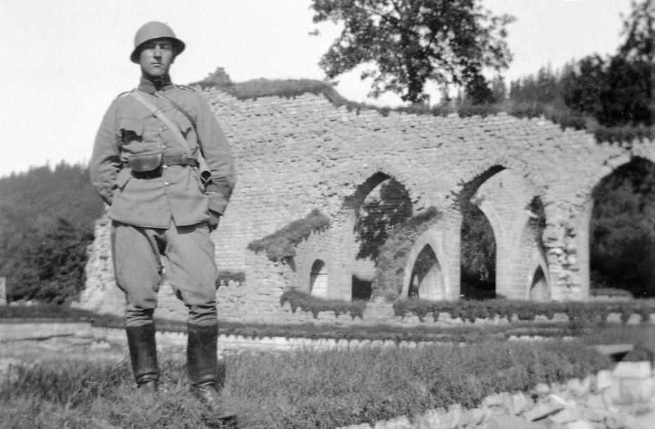 Alvastra klosterruin. Erik Sandstedt i uniform m/1910.