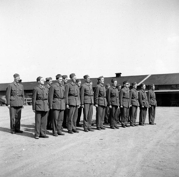 Värnpliktiga i uniform m/1939 och långbyxor.