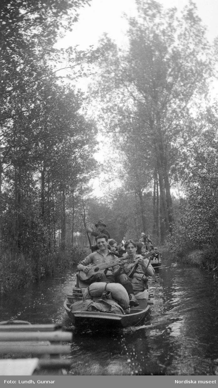 """Motiv: Utlandet, Spreewald 92 - 101 ; Landskapsvy med skog och en man som stakar en båt på en kanal, anteckningar på kontaktkarta 99 """"Spreewald"""" 100 """"do kvinnor""""."""