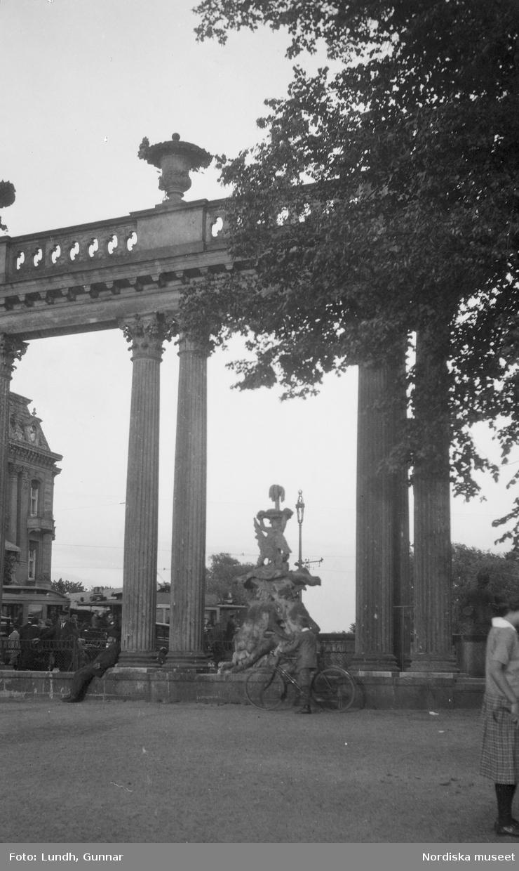 """Motiv: Utlandet, Berlins Omgivningar 157 - 177 ; En skulptur och en byggnad i bakgrunden, anteckningar på kontaktkarta 166 """"Turistbåt på Wannsee"""" 167 """"Arkad i Potsdam""""."""