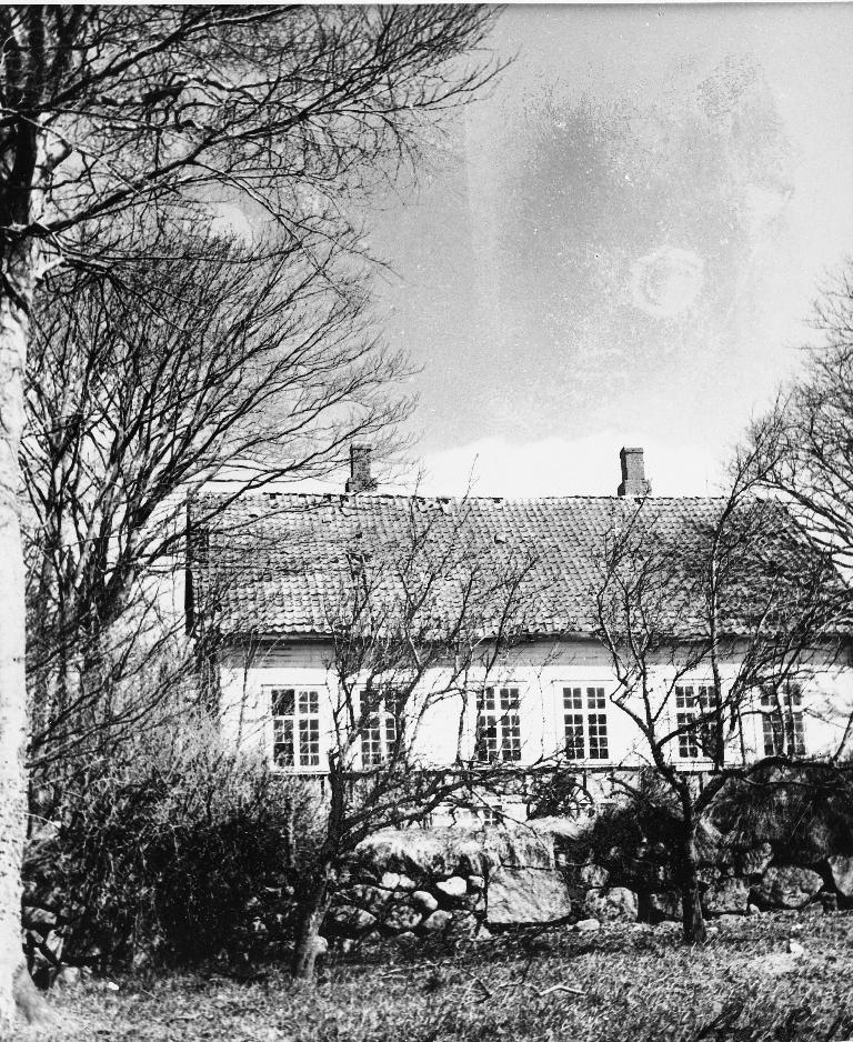 Dette er siste huset på Lye gamle prestegard og vart bygd i 1893. Sokneprest Kåre Hognestad kom til Time i 1927 og flytta frå prestegarden til den nye prestebustaden i 1932. Huset vart selt til Time kommune og bruket vart kommunegard fram til 1956. Då gjekk det over i privat eige og vart rive i 1980-åra-