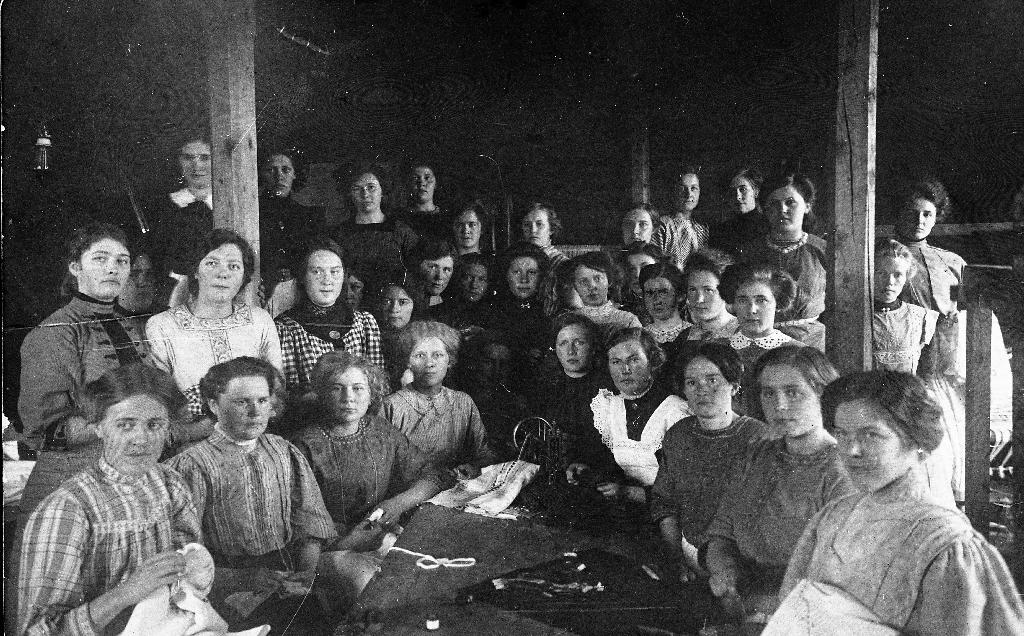 Elevar ved Klepp Folkehøgskule omlag 1910. Mellom elevane er Ingeborg Tjessem g. m. Abraham Bryne.