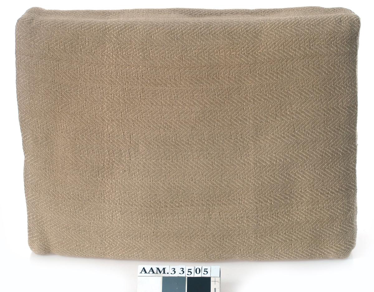 Sofapute med trekk av vevet papirtrekk.