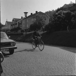 En man med hatt cyklar på Brahegatan söderut.