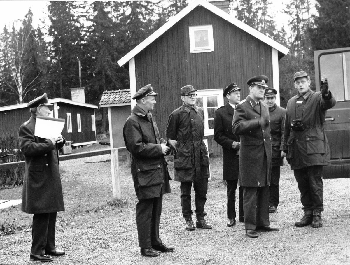 Överbefälhavaren, general Stig Synnergrens förstagångsbesök vid regementet 1972-11-29. OBS 2 bilder C 5 komp, kn per Ahlin, förevisar ett stridsmoment vid torpet Nord på övningsfältet. Frv C P 10 öv Stig Colliander, arméinsp vid Milo Ö öv Isaksson, C GU bat mj Bertil Nelsson, följeofficer, ÖB gen Stig Synnergren, utbch övlt Ragnar Tauvon och C 5 komp kn Per Ahlin.