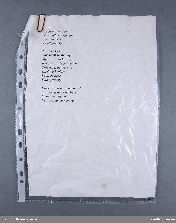 1 styck plastficka med skriven minnestext i A4-format.   Längd 30 m. Bredd 23 cm.  2019-03-01 Cecilia Hammarlund-Larsson/Lena Kättström Höök