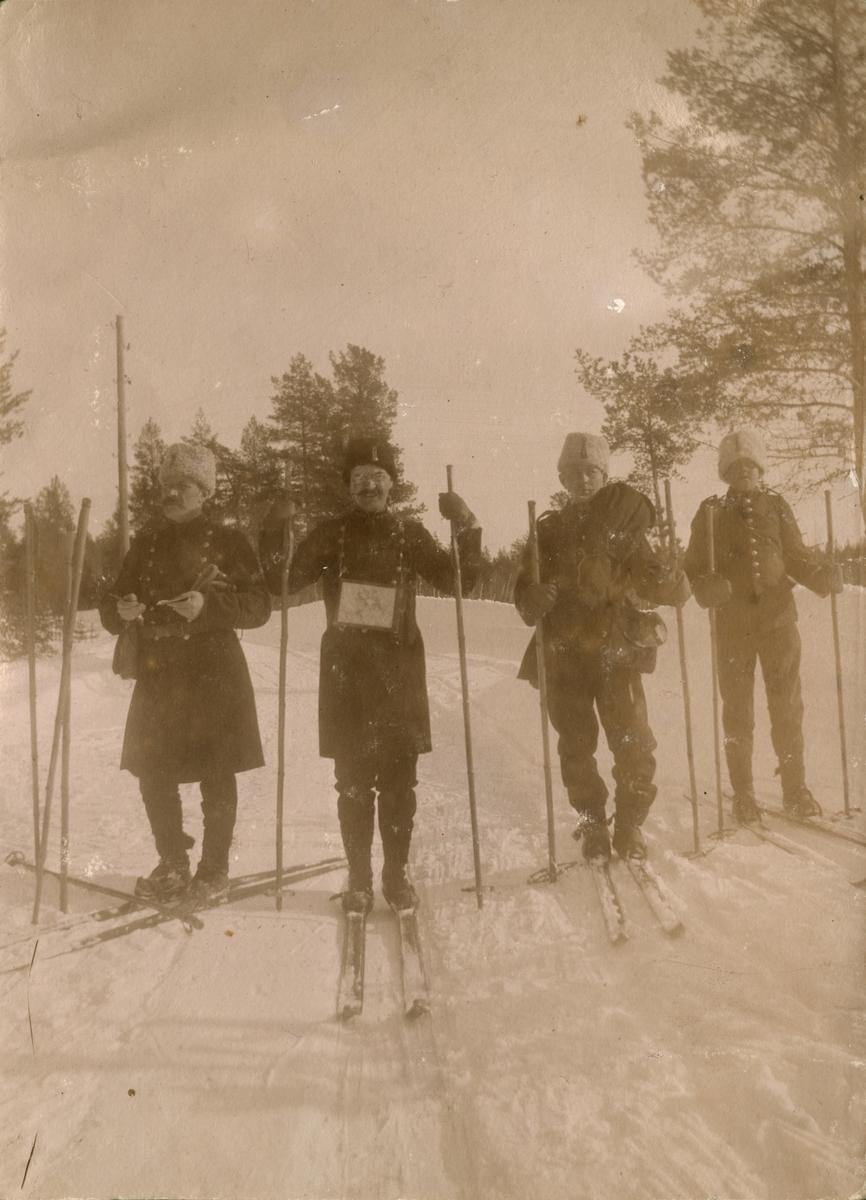 """Text i fotoalbum: """"Manöver i trakten af Piteå vintern 1906. Petré med stab."""""""