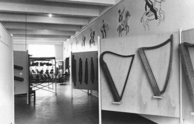 Feler, langeleiker og harper i utstillingen «Fra prillarhorn til hardingfele», 1948, (Foto/Photo)
