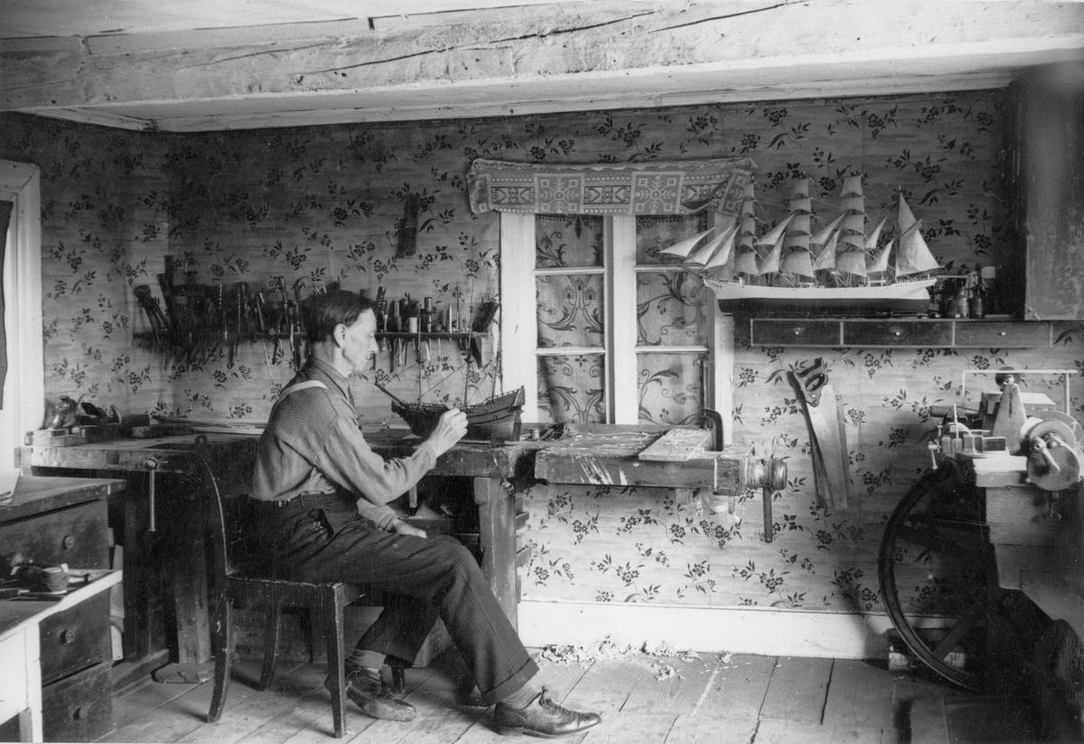 Modellbyggaren Victor Carlsson i arbete i sin verkstad i Kärrabo, Gökalund, Småland.