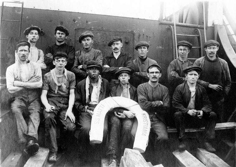 Bilde av mannskap om bord DS Matti. Bildet er tatt i 1915, under første verdenskrig. Skipet tilhørte da G. M. Bryde i Kristiania.