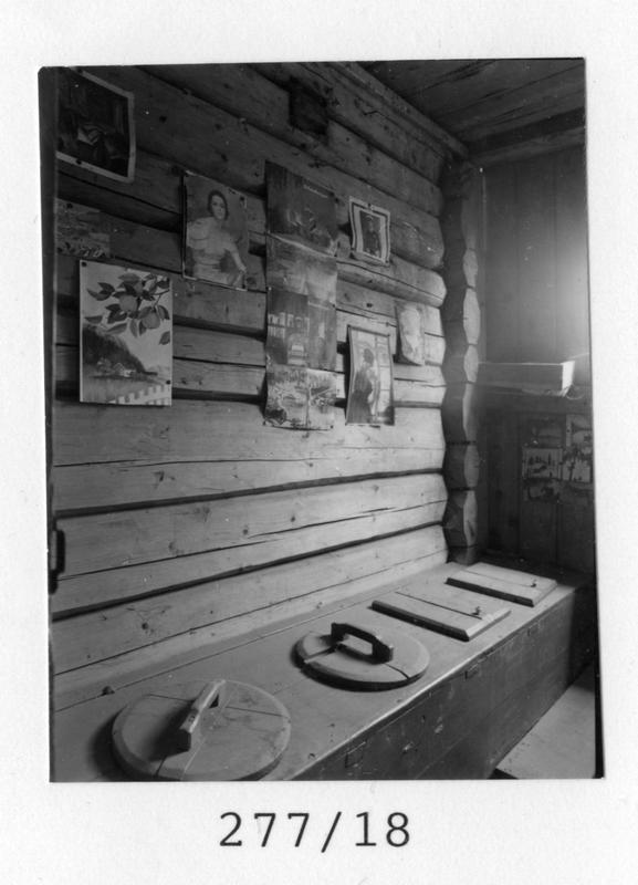 Fotodokumentasjon av utedo ved Tingelstad landhandleri 1986. Fotograf: Tore Sandahl Eier: Randsfjordmuseet