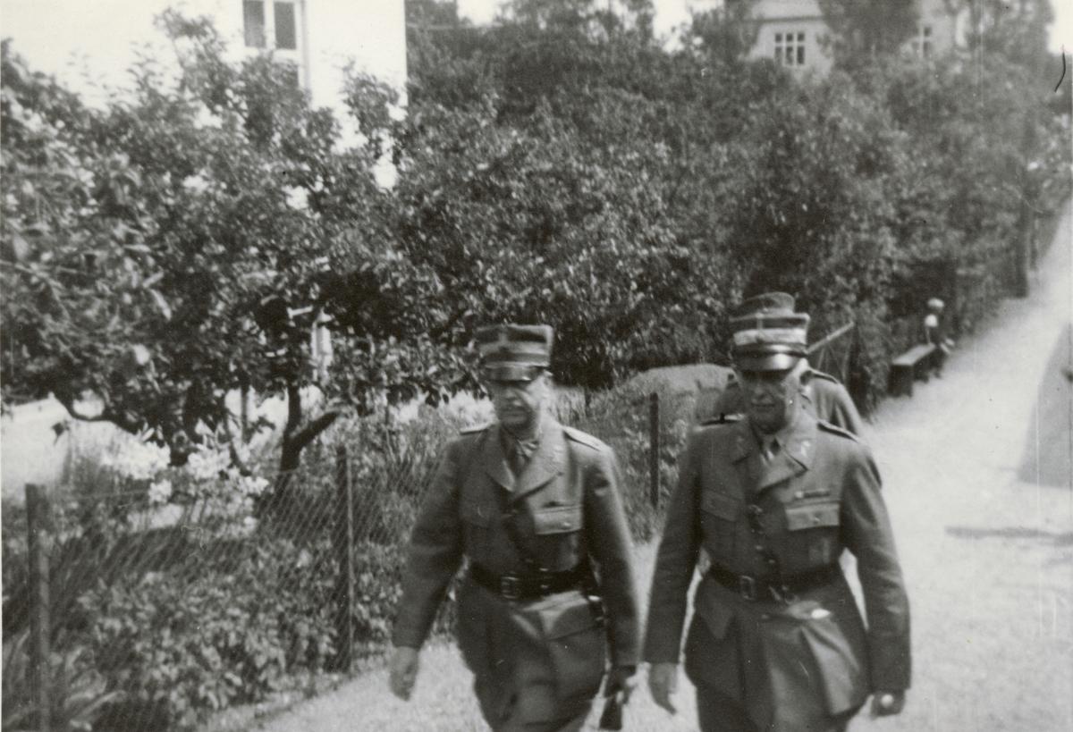 """Text i fotoalbum: """"Generalintendentens inspektionsresa. Genint (Söderblom) o, ch Hälsingborg fo, överste Ramel""""."""