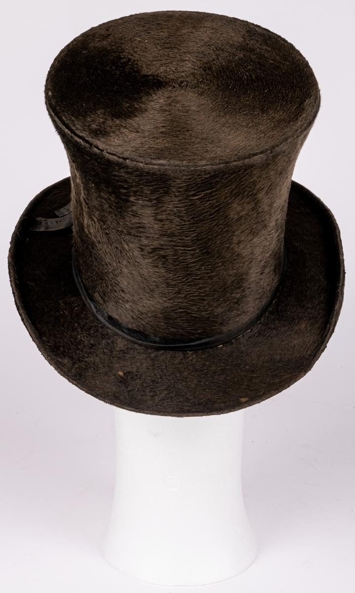 Stormhatt med lång felb. Hög form. Kyrkhatt från 1800-talets förra hälfta.