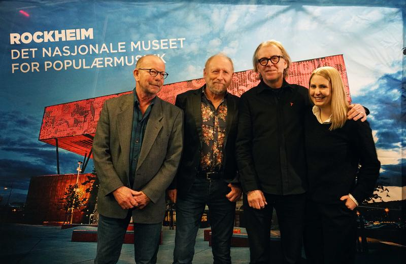 Jonas Fjeld, Halvdan Sivertsen, Jan Ole Otnæs (fra Radka Toneffs minnefond) og programleder Silje Nordnes.