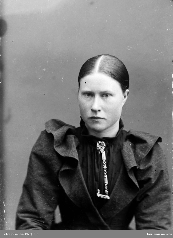 Portrett halvfigur, ung kvinne.