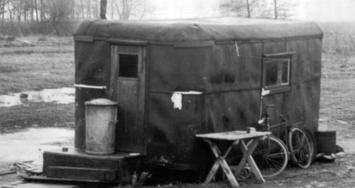 En husvagn tjänar som bostad åt en romsk familj.  Ända fram till 1960-talet levde de flesta romer i Sverige under påtvingat kringresande och saknade fast bostad. Boendestandarden bland svenska romer var under 1900-talets första hälft mycket varierande. Familjer som hade det bättre ställt kunde äga flera tält, medan fattigare familjer enbart hade ett tält. Man sov då där marken var minst lerig. Under 1940-talet förbättrades levnadsstandarden och flera svensk-romska familjer specialbeställde nu bostadsvagnar. Att inte behöva sova på marken utgjorde en avsevärd förbättring av livskvaliteten. Eftersom vagnarna specialbeställdes kunde beställaren vara med och påverka vagnens utformning. Ofta fanns sovgemaket längst in, varpå vardagsrummet följde och köket låg längst ut. Denna utformning kunde dock skilja sig åt mellan olika vagnar. Generellt var dock vagnarna dåligt isolerade och kalla att bo i. Först på 1960-talet tilläts svenska romer att bli bofasta.
