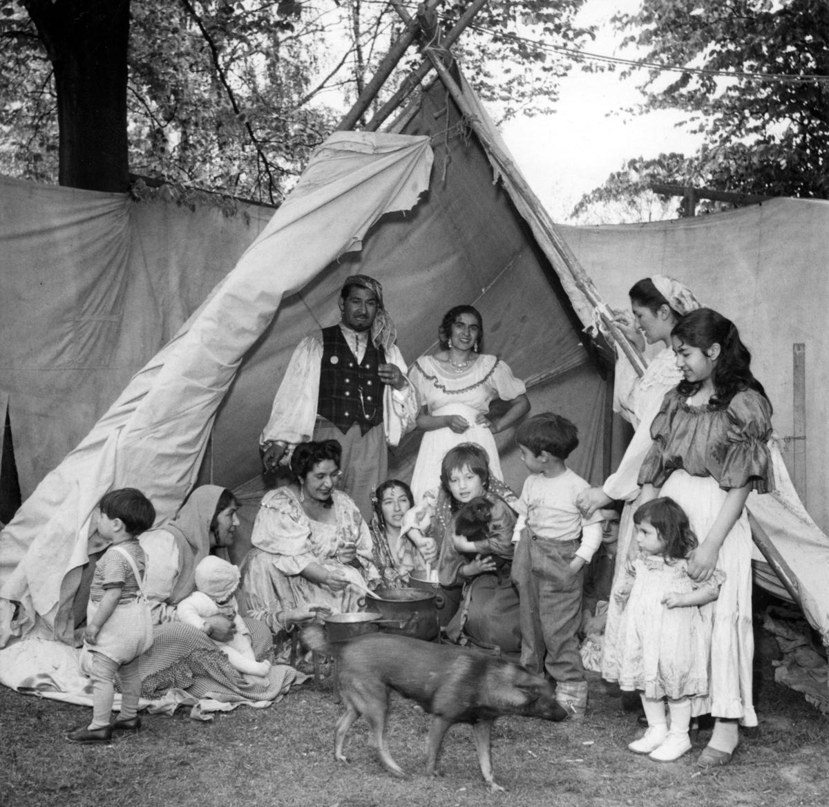 Familjen Kaldaras har installerat sig i ett tält i Folkparken i Lund 1954 och erbjuder Lundaborna en färgsparakande musik- och dansshow . Musik har för romer i alla tider varit både en försörjning och en viktig del av kulturen. Toleransen för romer har historiskt varierat mycket mellan olika samhällen, men romers närvaro har sällan setts som något positivt. Ofta fick man slå sig ned i samhällets utkant, man har förvägrats fast bostad och fördrivits. Efter att de svenska romerna i Sverige erkändes som medborgare år 1952 uppstod debatt kring gruppens svåra levnadsförhållanden. En statlig utredning genomfördes under 1954-1956 där en av slutsatserna blev att fast bostad var nyckeln till att lyckas med skolgång och arbetsliv. Från och med mars 1960 hade möjlighet att rekvirera statsbidrag för kostnader i samband med romers bosättning, vilket förenklade möjligheten för svenska romer att få tillgång till permantenta bostäder samt i förlängningen studier och arbete.