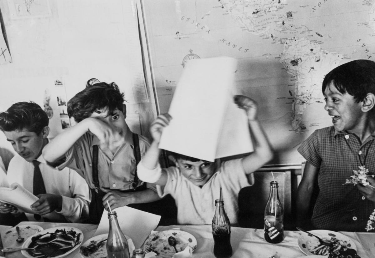 Examen firas för romska elever i Hammarbytäppan, Stockholm 1961. Historiskt har det varit svårt för svenska romer att få skolgång, till följd av diskriminering och resandeliv. Sporadiskt deltagande i folkskoleundervisningen förekom genom föräldrars påtryckning och viss undervisning för romer arrangerades på ideell basis under 1940- och 1950-talen. Efter flera år med olika former av försöksverksamhet föreslogs i en statlig utredning 1954 att romer skulle få gå i vanliga skolor. Frågan om undervisningens organisering fick de enskilda skolorna att hantera på egen hand, men från och med juni 1960 fanns möjlighet för kommuner få statsbidrag för undervisning av romska barn. Många romska barn särskildes från den vanliga skolundervisningen, trots att skolan ansågs som central i den aktuella assimileringspolitiken som fördes. I Hammarbytäppan, där s.k. provisoriska bostäder iordningsställdes för romer år 1959, startade Stockholms kommun en skola för romska barn. Hit hänvisades även barn från Skarpnäckslägret och Ekstubben. År 1960 gick 17 elever på skolan, de fick tillgång till gratis tandvård och lunch. År 1964 var 64 elever inskrivna.