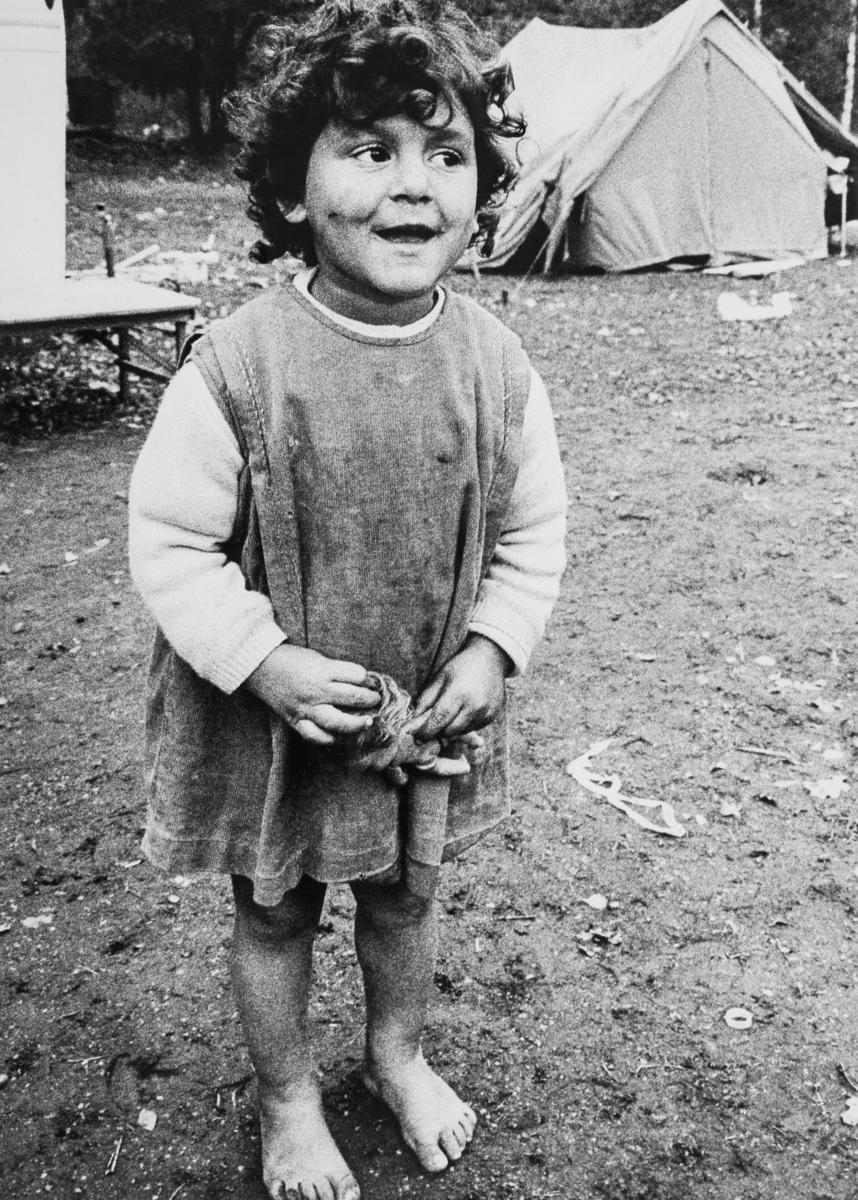 """Under 1960-talet aktualiserades en debatt om utländska romers rätt att söka skydd i Sverige. Debatten uppstår första gången då en familj med rötter i Polen parkerar sina vagnar på Stadsgårdskajen i Stockholm. Katarina Taikon engageras för att föra dialog med familjen, men lyckas inte hitta någon plats för familjens vagnar. De anvisas plats på lägret Ekstubben, som tidigare varit den plats dit svenska romer hänvisats av Stockholms stad. Efter tre månader meddelar familjen att de gärna vill stanna i Sverige, Våren 1967 får familjerna hjälp av Katarina Taikon och Johan Caldaras att från Utlänningskommissionen (UK) söka fortsatt uppehållstillstånd i Sverige. Familjerna vill inte gärna bo kvar i Västtyskland, där de senast bott. Deras släktingar hade mördats under förintelsen och man känner sig illa behandlad i landet. I maj 1967 ger UK avslag på ansökan. Taikon lämnar in en begäran om att regeringen ska upphäva beslutet och får audiens hos inrikesminister Rune Johansson. Han råder Taikon att skaffa arbete och bostad åt familjerna. Media börjar rapportera om frågan och opinionsbildningen är igång, men i augusti avslås ansökan ännu en gång. Den 16e augusti 1967 sänder Katarina Taikon in en nådeansökan till kungen. Samtidigt påbörjas en namninsamling. Fredagen den 25e augusti 1967 samlas ett hundratal människor på Slottets borggård, utanför regeringens sammanträde. Denna gång beslöt regeringen att bifalla ansökan. Öppen konflikt uppstod mellan Utlänningskommissionen och regeringen, men de romska familjerna fick stanna i Sverige. Debatten blossar upp på nytt under 1968. Då anländer till Sverige den grupp romer som i media kom att kallas för """"de 47"""". Familjerna hade under 1930-talet flytt Polen via Italien, Frankrike och Spanien. Många av deras släktingar mördades under förintelsen. I Frankrike blev flyktingarna offer för ny diskriminering, förnekades arbete och förvisades till getton. Nu startar en av de största kampanjerna för flyktingar på 1960-talet. För första gången vä"""