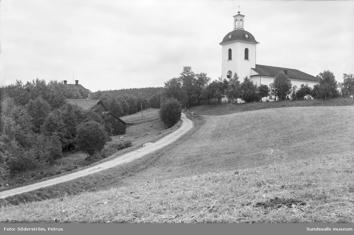 Vyer med Indals kyrka. Bild 1 tagen vid sockenstugan mot sydost.