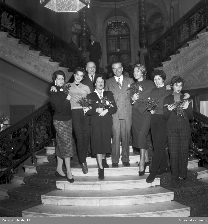 Festival de Paris på turné med en bukett mannekänger samlade i Knausts trappa. Från vänster: Lydia Barsky, Ulla Sandklef (Fröken Sverige 1953), turnéledaren BW Bérény, Ellen Schack, Gunnar Wilöf, Brigitte Ségui de Carréras, Nina Wolffi och Denise Arokoas.