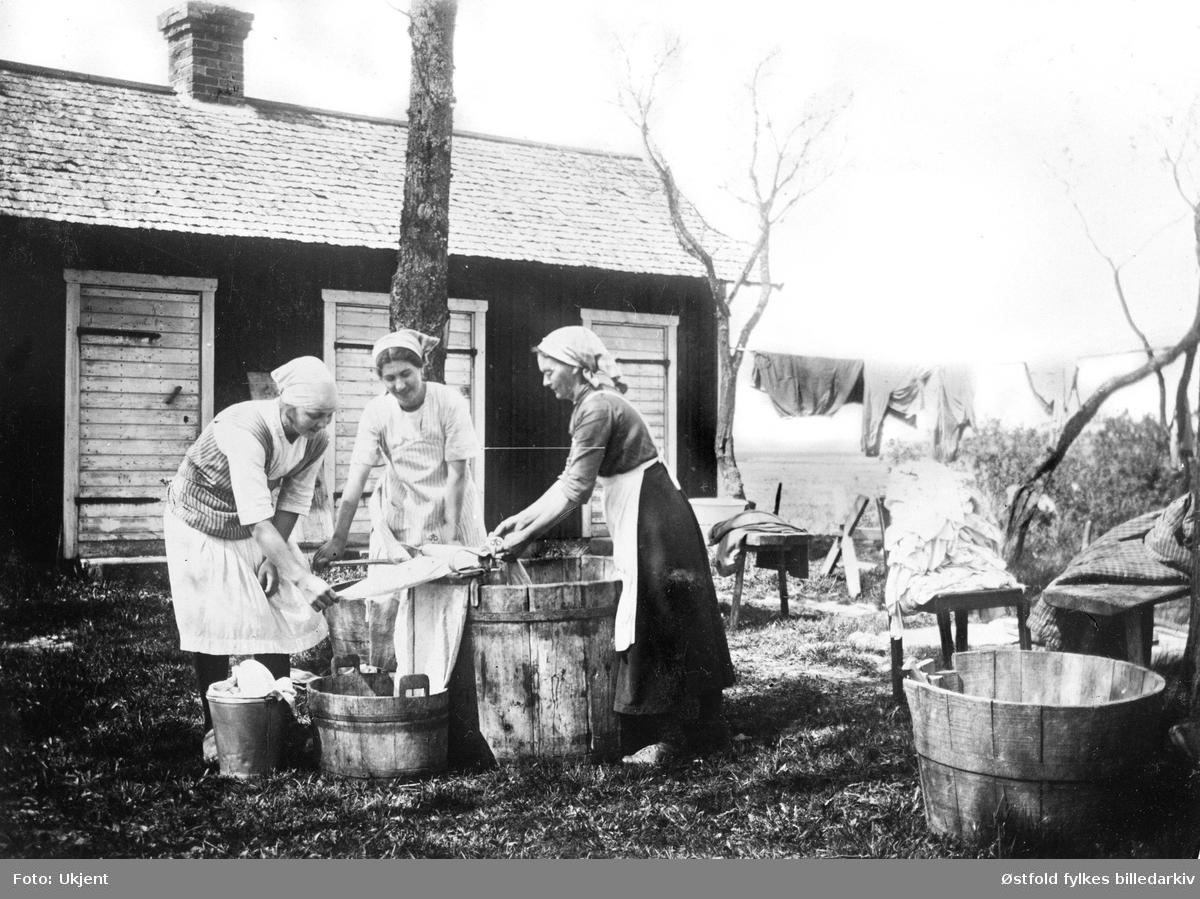 Storvask i det fri, ukjent sted i Enningsdal, Halden, ca. 1920?