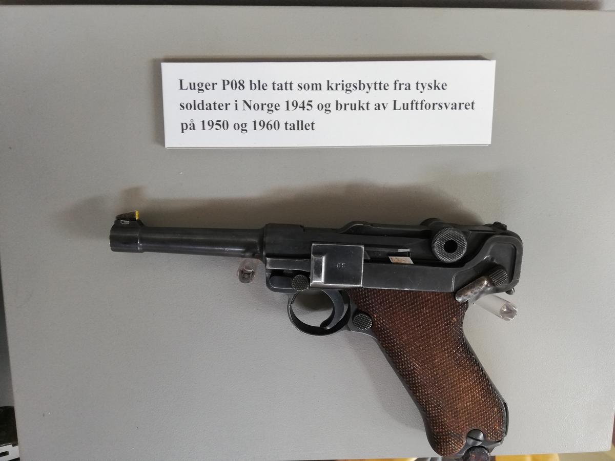 Håndvåpen fra 1936, årstall preget inn på oversiden av låsekasse.