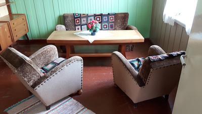 De originale salongmøblene — sofa og to stoler – fra Elvira og Ole Persens stue. Her fotografert hos en senere eier.