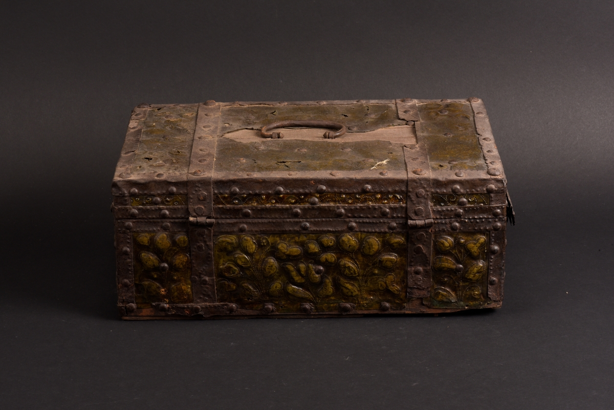 Rektangulärt skrin av ek med beslag av järn och klätt med mässingsplåt Plant lock som på insidan är klätt med papper. Skrinet är indelat i sex fack, varav några med löstagbara sidor. Mässingsplåten är dekorerad med drivna blommor och punsade prickar. Järnbanden är fästade med kullriga järnnitar och har inpunsade prickar. Inuti finns rester av ett marmorerat papper.