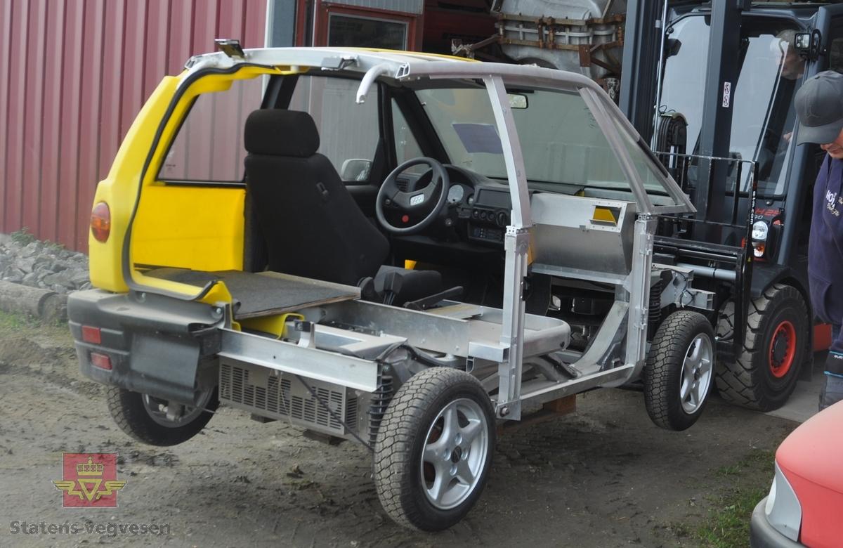 Utstillingsbil av modellen Pivco Piv3, produsert ved elbilfabrikken i Aurskog i 1995 til den internasjonale elbilutstillingen i Brussel. Den består av aluminiumsramme påsatt halvparten av et plastkarosseri, pluss for- og bakstilling og frontrute, for å forklare den unike produksjonsmåten.