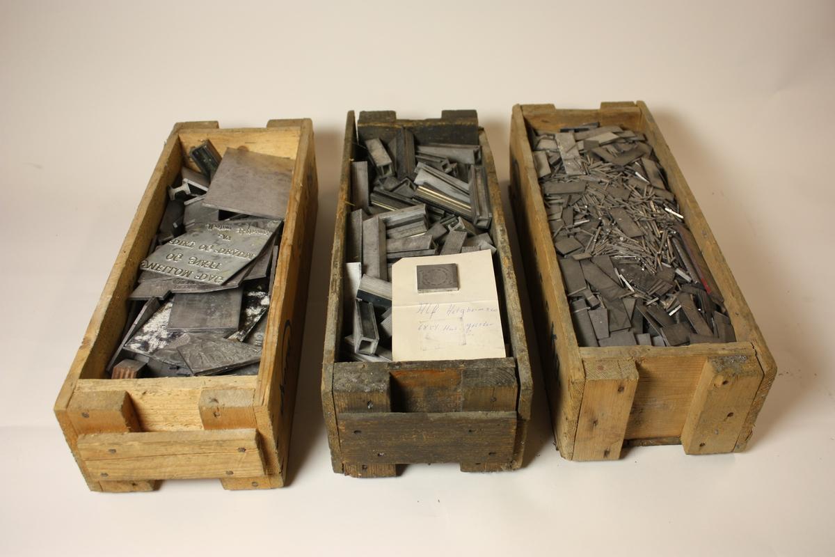 6 øskjer som inneheld blytypar, klisjear, m.m. Øskjene er merka SUM.11923a–f.